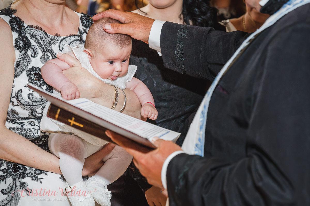 Bebe Clara in timpul ceremoniei de botez