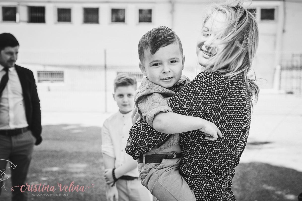 Ziua botezului. Fotografie de familie in curtea bisericii.